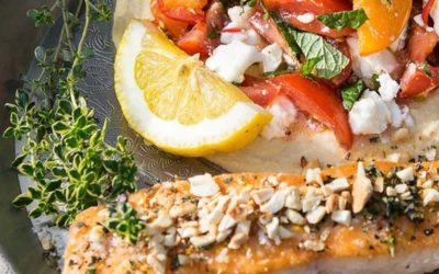 Rezept der Woche: Lachs mit Tomaten-Minz-Salat und Feta auf Hummus