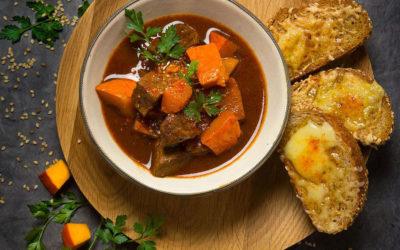 Rezept der Woche: Gulaschsuppe mit Kürbis und Käse-Baguette