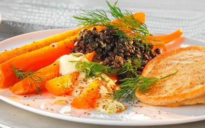 Rezept der Woche: Buchweizen-Küchlein mit Belugalinsen und Karamell-Möhren