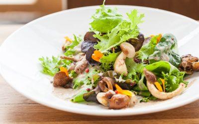 Rezept der Woche: Blattsalat mit gebratenen Pilzen, Maronen und rosa Pfeffer-Dressing